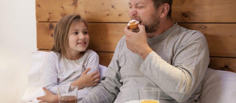 """Bambini obesi: la """"colpa"""" è dei genitori. I consigli per non sbagliare"""