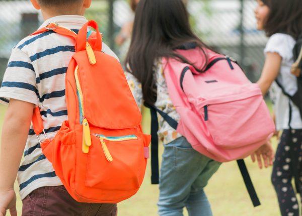Sempre più bambini hanno mal di schiena: «Fanno poco sport»