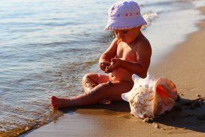 Eritema solare nei bambini, che cosa fare per evitarlo e come curarlo