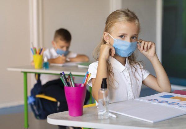 """""""Ti conosco, mascherina"""", il libro di Ilaria Capua che spiega il virus ai bambini"""