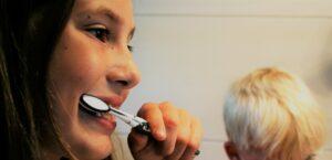 Come si lavano i denti ai bambini?