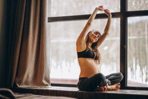 Ridurre lo stress e imparare ad accettare il corpo che cambia: tutti i benefici dello yoga in gravidanza