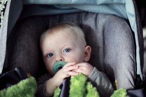 Come trasportare i bambini in auto, le regole da seguire